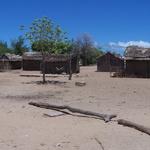 """Village près d'Ifaty  -- <p> Les villages de pêcheurs de la côte d'Ifaty sont naturellement <strong>équipés </strong><br /> """"sans eau et sans électricité"""".<br /> Inutile de chercher une prise pour recharger votre téléphone mobile<br /> ou de borne Wifi pour se connecter à Internet.<br /> Cherchez donc où est l'erreur!</p>"""