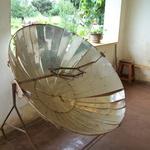 Four solaire  -- <div></div><p>Février 2007: le four solaire installé à l'orphelinat AKANISOA à Antsirabé.<br />C'est mieux que de bruler des bois exotiques et précieux, non?</>