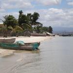 Diego-Suarez / Antsiranana  -- Une des plus belles baies du monde et la deuxième plus grande après Rio de Janeiro. Parfois encore appelée la baie des Français (où se situe la ville de Diégo-Suarez).  Comme à Rio, vous y découvrirez un pain de sucre appelé Nosy Lonjo.  Le nom actuel de Diego est « Antsiranana », le port.