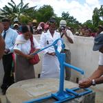 Inauguration du puits -- Comme quoi ça coule!