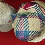 L'artisanat du raphia -- Les Malgaches portent traditionnellement des chapeaux en paille de raphia, leur permettant ainsi de reconnaître l'origine des uns et des autres.