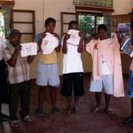 Photo de classe -- Travaux manuels des enfants trisomiques