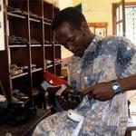 Le cordonnier -- Bruno confectionne les chaussures orthopédiques