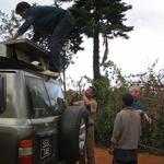 sos mad 0505v001 -- 2005 Action sur place de l'association:  Dechargement de materiaux pour l'atelier a Akanisoa.<br /> L'atelier: Une realisation encore poursuivie en 2006 et 2007.