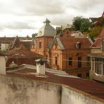 Morondava -- Morondava est une ville d'architecture coloniale française.<br />Il est vrai que les contrastes entre les constructions sont surprenants mais, <br /> pourquoi ne pas s'investir au risque de tout perdre?<br /><br /> Rejoignez ceux qui ont une experience concrete et sauront vous conseiller.
