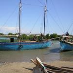 Madagascar -- <br />La navigation est en général très limitée à Madagascar. Traditionnellement, <br />les magaches ne sont pas des marins, à l'exception des Vezos au sud de l'île, une population peu ordinaire. <br /><br />Et pour une fois, il s'agit de 2 boutres, ce qui est assez rare pour être signalé. Avec ces belles goélettes, les Vezos pratiquent une navigation côtière.<br />