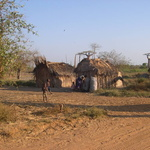 Village -- Au bord de la piste