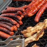 Brocante de Roissy 2009 -- Au programme du barbecue: merguez, chipos et poitrine.