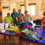 SOS Akanisoa 2014 11 1633 -- Répartition des fournitures par quelques uns des membres de l'association