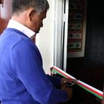 SOS Akanisoa 2014 11 1895 -- Hajalala, ami de Jean-Pierre David, coupe le ruban inaugural aux couleurs de Madagascar