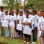 """SOS Akanisoa 2014 11 1951 -- Les """"Grands"""" de l'orphelinat avec leurs éducateurs eux-mêmes anciens pensionnaires"""