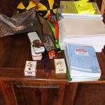 SOS Akanisoa 2014 11 2032 -- Un sac à dos pour chaque élève avec un gilet jaune, des stylos, des crayons, ... et des fournitures en plus pour les enseignants.