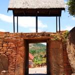 SOS Madagascar 2014 11 5380 -- <p> Une des portes de la cité royale d'Ambohimanga (la colline bleue)</p>