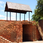 SOS Madagascar 2014 11 5378 -- <p> Une des portes de la cité royale d'Ambohimanga (la colline bleue)</p>