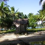 Madagascar -- Cabane de plage a l'ecart de l'agitation du reste de la planete en ce debut de XXIeme siecle.<br /><br  /> Un contraste saisissant certes, mais est-ce que cela a une importance pour le proprietaire? Il ignore son bonheur.<br /> Pourvu qu'il en profite le plus longtemps possible, mais egalement a l'ecart de la misere, car malheureusement...